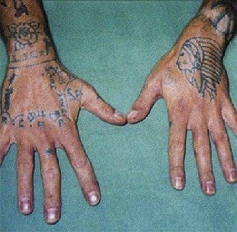 Zwei Tätowierte Hände